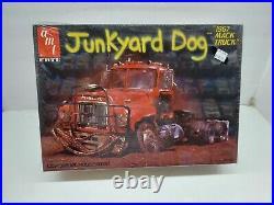 AMT Junkyard Dog 1967 Mack Truck Model Kit 1/25