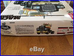 AMT Mack R685ST Model Truck Kit 125 Scale 38683